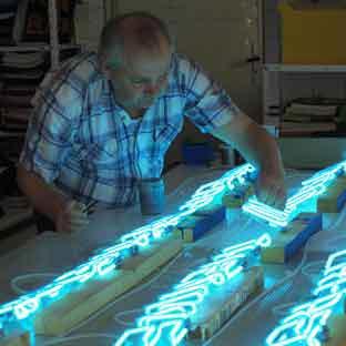 Beispiel Leuchtreklame Berlin 001 - aus Neon gefertigte 3D Buchstaben - blau leuchtendes Klarglas