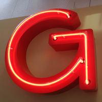 Beispiel Neonreklame Berlin - rot leuchtendes G (aus der Leuchtschrift LOCKE und GLATZE)