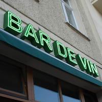 Beispiel Neonreklame BAR DE VIN Berlin - gruen leuchtende Neonschrift als Wandinstallation (unser Profil 2)