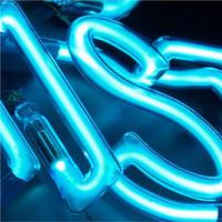 Beispiel Neonbuchstaben Leuchtschrift - Ausschnitt 13 - Detail eines blau leuchtenden Neonteiles