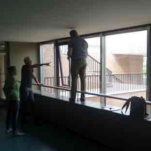 Planung einer Neonschrift-Vermessen der Glasfassade-001