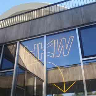 gelbe Neonschrift - HKW Berlin - direkt hinter einer Glasfassade - 001