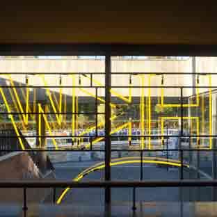 gelb leuchtende Neonschrift - HKW - Berlin - Ansicht von Innen nach Aussen - 001