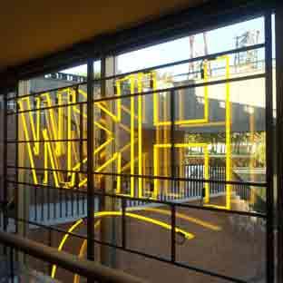 gelb leuchtende Neonschrift - HKW - Berlin - Ansicht von Innen nach Aussen - 002