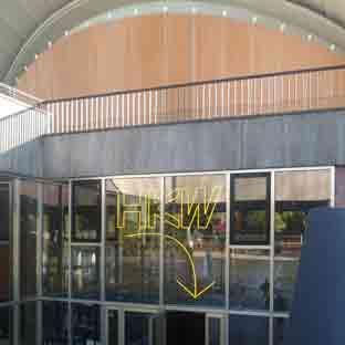 gelb leuchtende Neonbuchstaben - HKW - Berlin - Ansicht von Aussen - 002