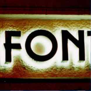 Leuchtbuchstaben-Neon-Profilbuchstaben-LED-Foto FONT (weiss leuchtende Schattenschrift)