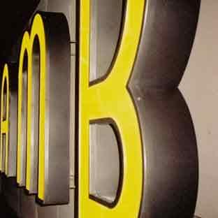 Leuchtbuchstaben-Neon-Profilbuchstaben-LED-Foto AMB (gelb leuchtend)