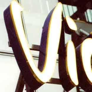 Leuchtbuchstaben-Neon-Profilbuchstaben-LED-Foto Vic (weiss leuchtend)