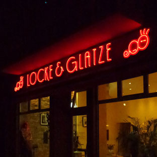 Projekt Locke&Glatze (finale Ansicht, in der Nacht; rot leuchtendes Neon)
