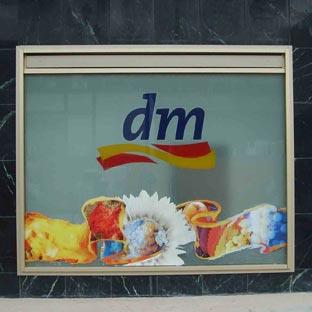 DM - Kombination aus Aufglasfolien (opaker Digitaldruck im Konturschnitt) und Hinterglasfolien (Glasdekorfolie/transluzente Folie im Einzelplott)